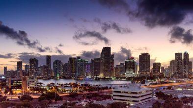 Beginnendes Nachtleben in Miami in Florida nach Sonnenuntergang.