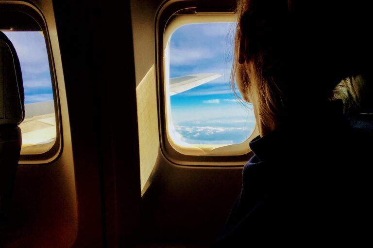 Flugreise-Frau-am-Fenster
